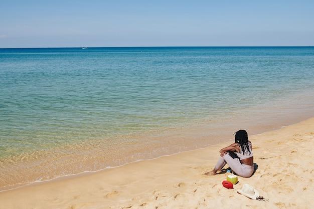 Frau, die am strand entspannt