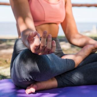 Frau, die am strand meditiert