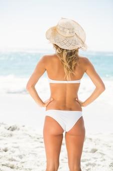 Frau, die am strand steht
