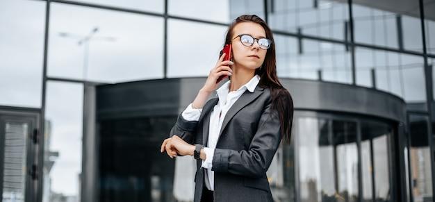 Frau, die am telefon in der stadt spricht