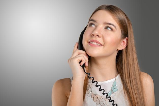 Frau, die am telefon spricht