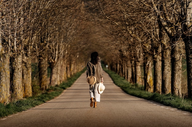 Frau, die am windigen tag auf der straße geht. melancholie-konzept