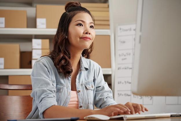 Frau, die an computer arbeitet