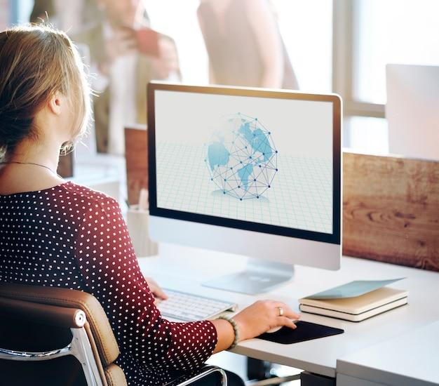 Frau, die an der grafischen überlagerung des computernetzwerks arbeitet