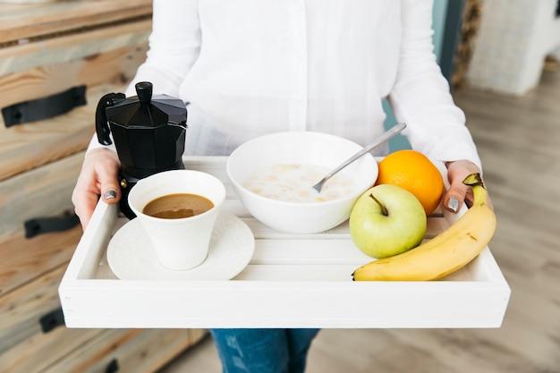 Frau, die an der küche frühstückt