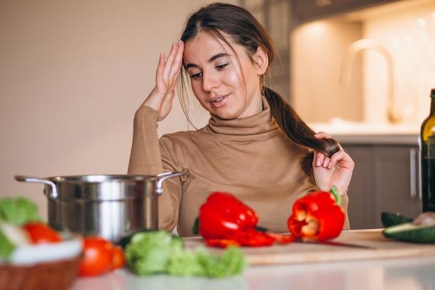 Frau, die an der küche kocht
