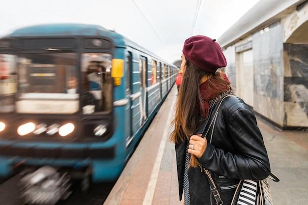 Frau, die an der metrostation in moskau wartet