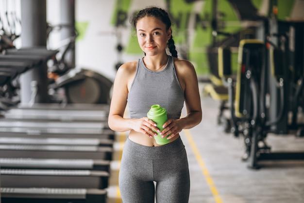 Frau, die an der turnhalle alleine trainiert
