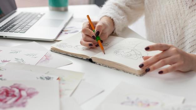 Frau, die an einem kunstblog arbeitet