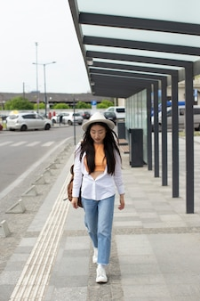 Frau, die an einem lokalen ort reist
