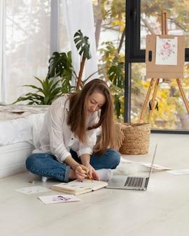 Frau, die an einem neuen blog drinnen arbeitet