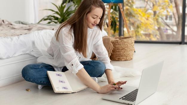Frau, die an einem neuen blog zu hause arbeitet
