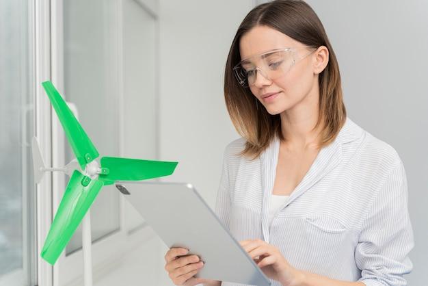 Frau, die an einer energiesparlösung arbeitet