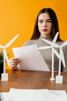 Frau, die an erneuerbarem energieprojekt arbeitet