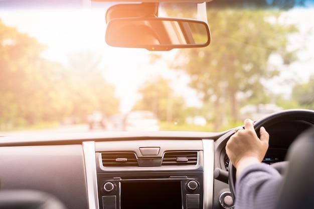 Frau, die ansicht vom rücksitz im auto fährt