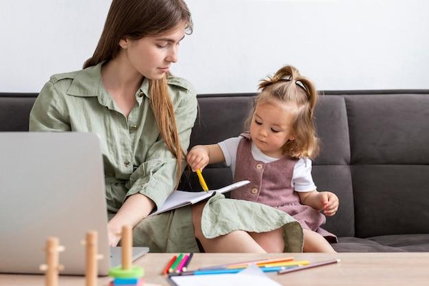 Frau, die arbeitet und kind zeichnet