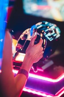 Frau, die arcade-spiel spielt