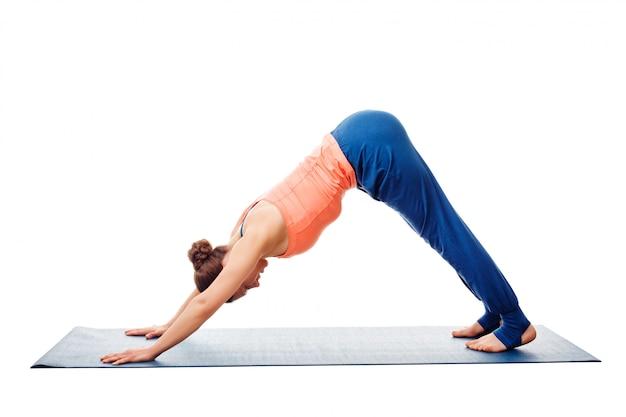 Frau, die ashtanga vinyasa yoga asana adho mukha svanasana tut