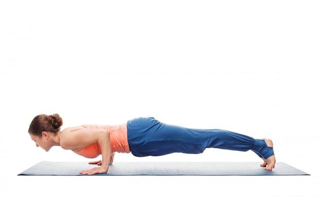 Frau, die ashtanga vinyasa yoga asana chaturanga dandasana tut