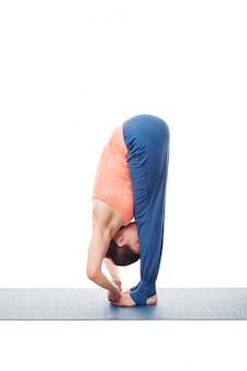 Frau, die ashtanga vinyasa yoga asana padangushthasana tut