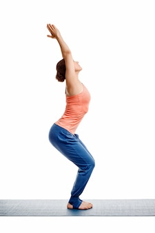 Frau, die ashtanga vinyasa yoga asana utkatasana tut