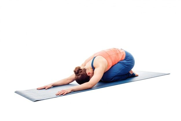 Frau, die ashtanga vinyasa yoga entspannung asana balasana chil tut