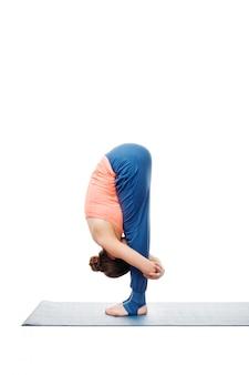 Frau, die ashtanga vinyasa yoga surya namaskar sonnengruß tut