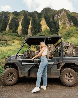 Frau, die atv in hawaii reitet