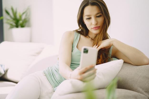 Frau, die auf bequemer couch zu hause entspannt