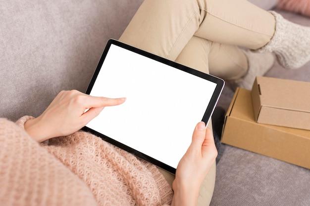 Frau, die auf cyber-montagverkäufe auf ihrem tablett wartet