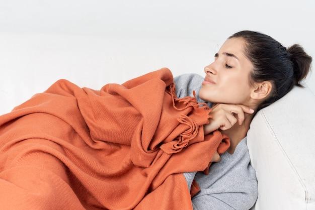 Frau, die auf dem bett liegt und sich von gesundheitsproblemen unwohl fühlt
