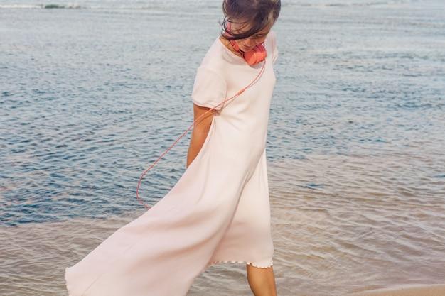 Frau, die auf dem strand geht