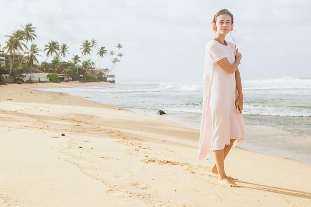 Frau, die auf dem strandsand geht