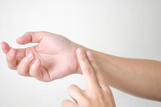 Frau, die auf den impuls der hand hörend steht