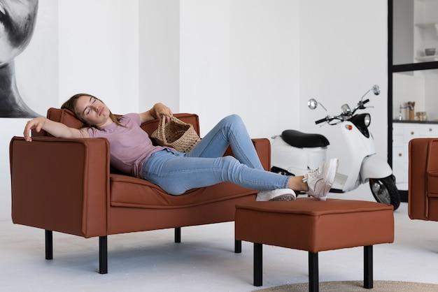 Frau, die auf der couch ein schläfchen hält