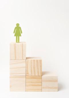 Frau, die auf die oberseite der treppe steht
