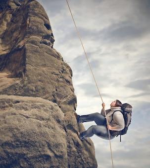 Frau, die auf einem berg klettert