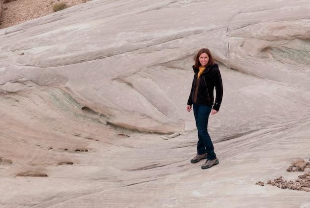 Frau, die auf einem felsen, amangiri, canyon point, hoodoo-spur, utah, usa steht