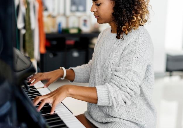 Frau, die auf einem klavier spielt
