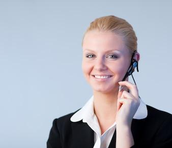 Frau, die auf einem kopfhörer spricht