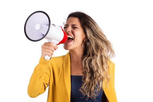 Frau, die auf einem megaphon schreit