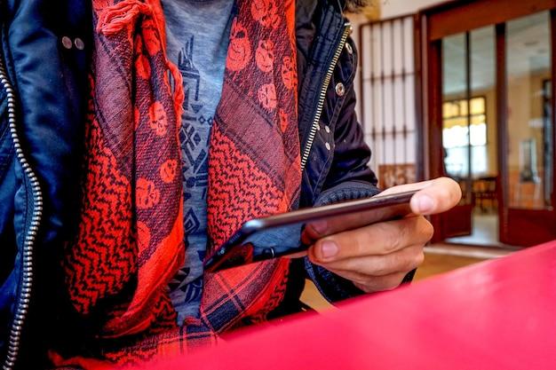 Frau, die auf einem modernen smartphone sitzt und etwas durchschaut