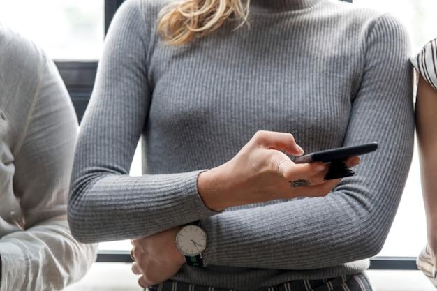 Frau, die auf einem smartphone schreibt
