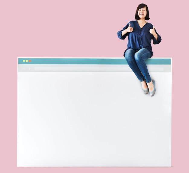Frau, die auf einen internet-browser sitzt