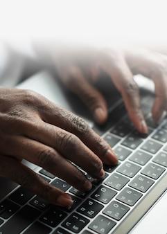 Frau, die auf einer laptoptastatur tippt