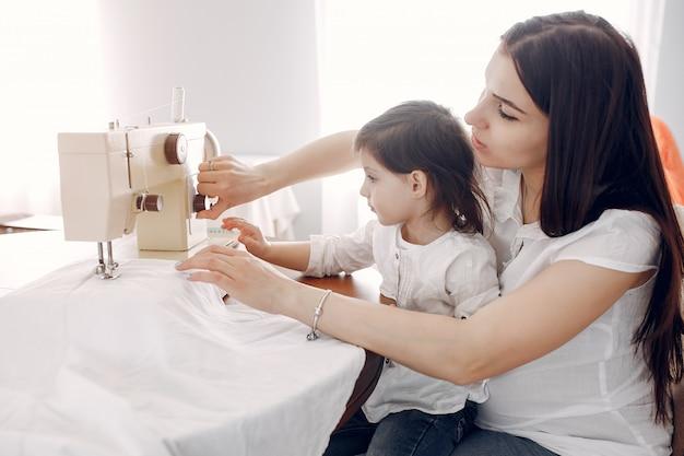 Frau, die auf einer nähmaschine näht
