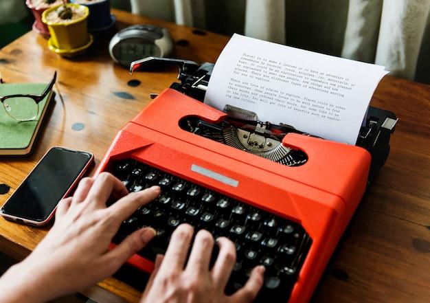 Frau, die auf einer retro- schreibmaschine schreibt