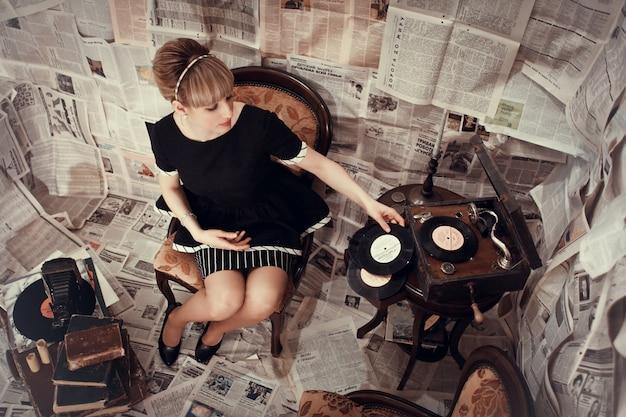 Frau, die auf einer vinyl-schallplatte