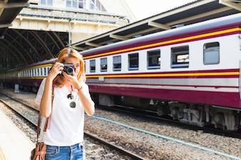 Frau, die auf Kamera auf Depot schießt