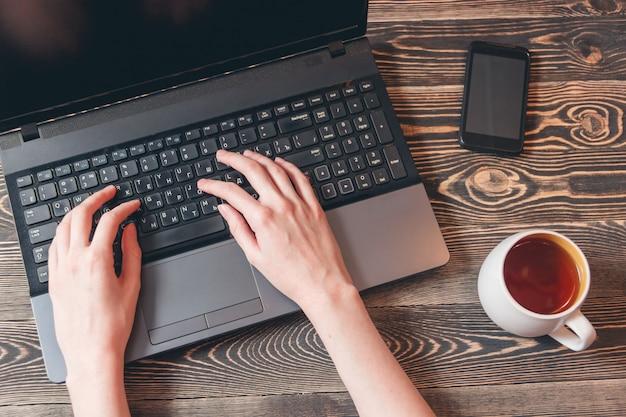 Frau, die auf laptop schreibt